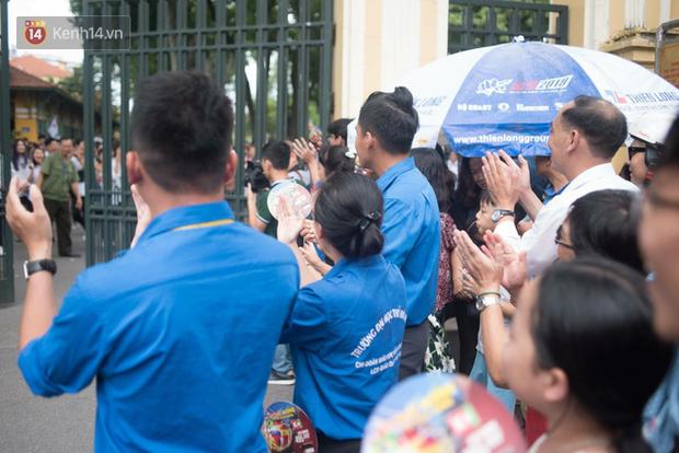 Cổng trường Chu Văn An đúng giờ mới mở, thí sinh sà vào vòng tay bố mẹ trong cảm xúc khó tả - Ảnh 5.
