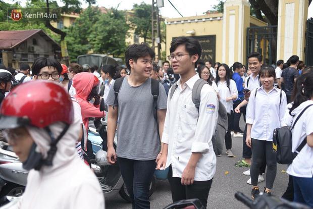 Cổng trường Chu Văn An đúng giờ mới mở, thí sinh sà vào vòng tay bố mẹ trong cảm xúc khó tả - Ảnh 6.
