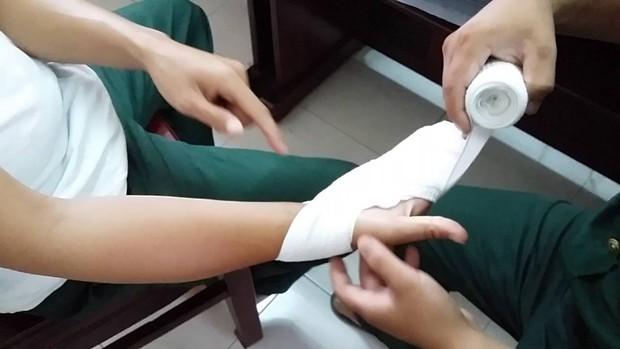 Thí sinh thi THPT QG là cảnh sát cơ động, bị thương ở tay, phải nhờ cán bộ coi thi chép bài hộ - Ảnh 1.