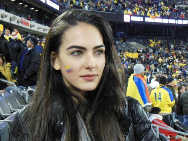 MXH tràn ngập hình ảnh của những nữ cổ động viên xinh đẹp trên khắp khán đài World Cup - Ảnh 1.