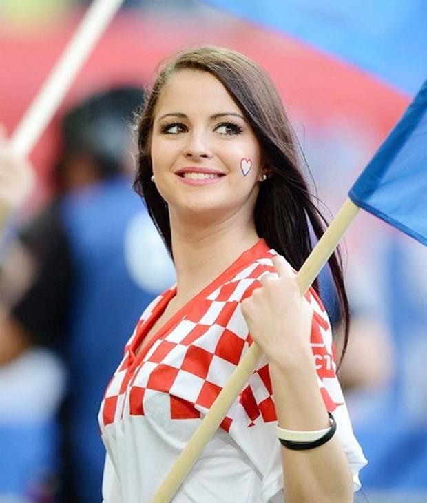 MXH tràn ngập hình ảnh của những nữ cổ động viên xinh đẹp trên khắp khán đài World Cup - Ảnh 2.
