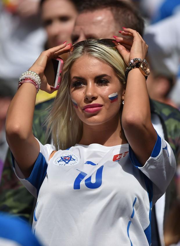 MXH tràn ngập hình ảnh của những nữ cổ động viên xinh đẹp trên khắp khán đài World Cup - Ảnh 3.