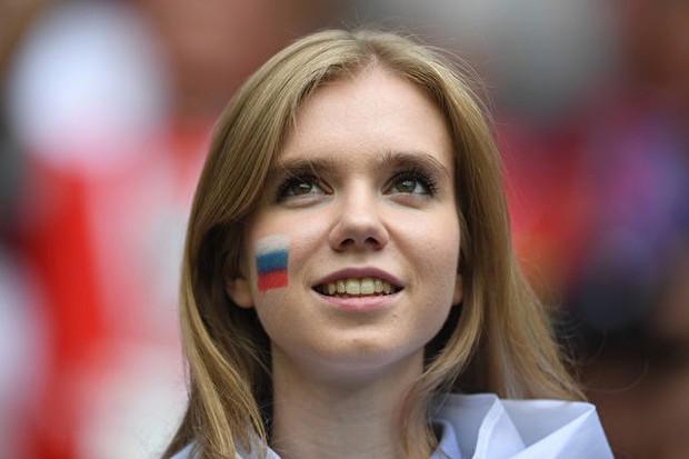 MXH tràn ngập hình ảnh của những nữ cổ động viên xinh đẹp trên khắp khán đài World Cup - Ảnh 16.