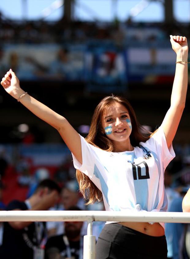 MXH tràn ngập hình ảnh của những nữ cổ động viên xinh đẹp trên khắp khán đài World Cup - Ảnh 10.