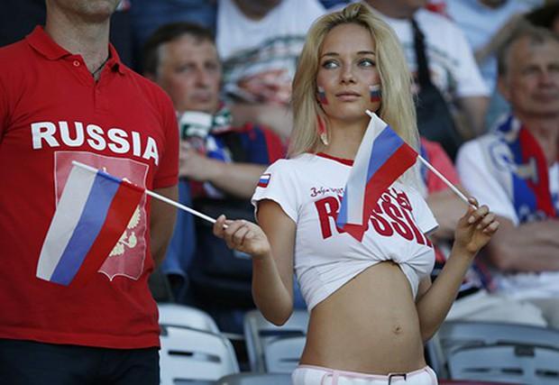 MXH tràn ngập hình ảnh của những nữ cổ động viên xinh đẹp trên khắp khán đài World Cup - Ảnh 15.