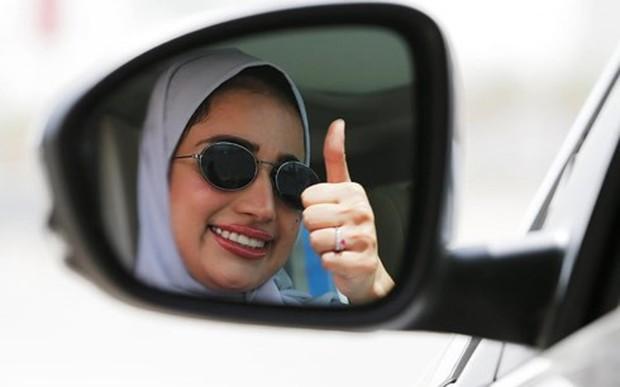 Niềm vui sướng tột độ của phụ nữ Saudi Arabia được chính thức lái ô tô - Ảnh 1.