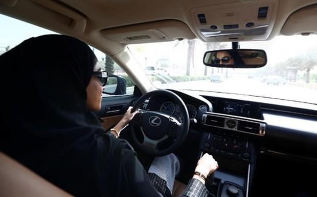 Niềm vui sướng tột độ của phụ nữ Saudi Arabia được chính thức lái ô tô - Ảnh 2.