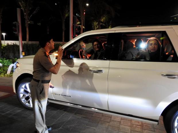 Ả Rập: Các sĩ quan cảnh sát đứng tặng hoa mừng ngày phụ nữ được phép lái xe ra đường - Ảnh 3.