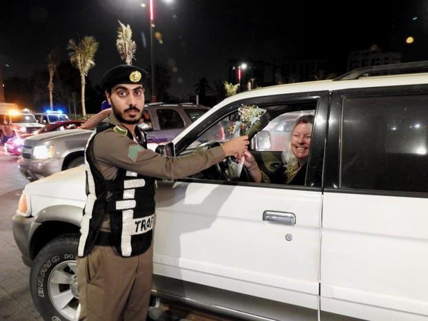 Ả Rập: Các sĩ quan cảnh sát đứng tặng hoa mừng ngày phụ nữ được phép lái xe ra đường - Ảnh 5.