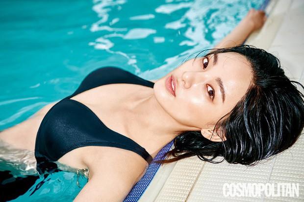Bạn gái G-Dragon gây sốt vì diện đồ tắm khoe vòng 1 nóng bỏng trên tạp chí, nhưng lại bất ngờ bị tố dao kéo - Ảnh 1.