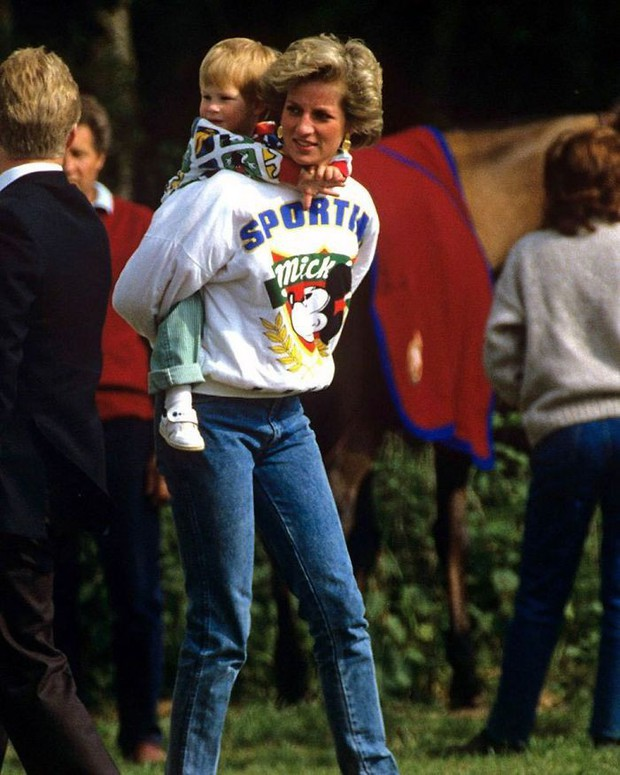 Những tấm ảnh ít người biết tới: Hoàng tử Harry nắm tay Victoria Beckham, Michael Jackson rửa bát cùng Paul McCartney - Ảnh 2.