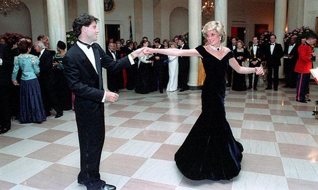 Những tấm ảnh ít người biết tới: Hoàng tử Harry nắm tay Victoria Beckham, Michael Jackson rửa bát cùng Paul McCartney - Ảnh 13.