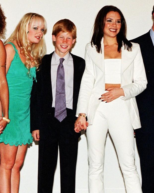 Những tấm ảnh ít người biết tới: Hoàng tử Harry nắm tay Victoria Beckham, Michael Jackson rửa bát cùng Paul McCartney - Ảnh 19.