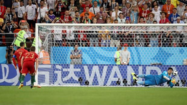 Thủ môn Iran khiến Ronaldo ôm hận từng vô gia cư và bị xem là ăn mày - Ảnh 1.
