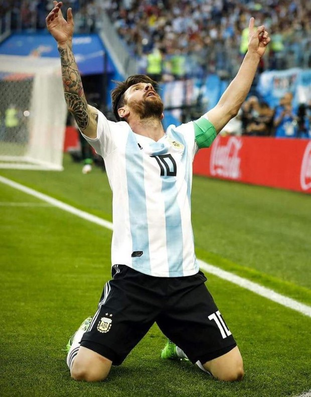 Bức ảnh gây sốt: Messi nói, dàn sao Argentina vây quanh lắng nghe - Ảnh 2.