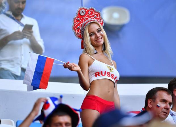 Fan nữ đẹp nhất World Cup khóc suốt đêm vì bị gọi là diễn viên phim người lớn - Ảnh 1.