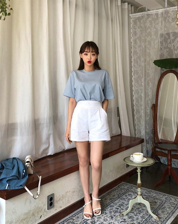 Quần shorts vải nhẹ tênh nhìn đơn giản mà diện được đủ kiểu, từ trẻ trung năng động đến bánh bèo điệu đà - Ảnh 1.