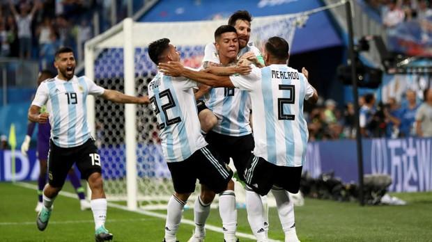 Báo quốc tế quên luôn VAR, ngất ngây khen phép màu Messi, Rojo - Ảnh 1.