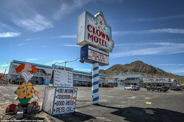 Nhà nghỉ đáng sợ nhất nước Mỹ không dành cho người yếu tim, đặc biệt là những ai mắc hội chứng sợ chú hề - Ảnh 1.