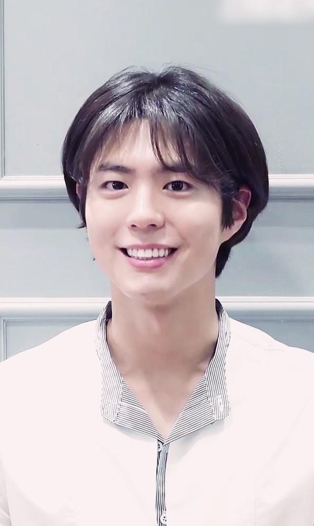 Vẫn biết tài tử Park Bo Gum đẹp trai cực phẩm ở mọi hoàn cảnh, nhưng để kiểu tóc này thì hơi quá! - Ảnh 1.