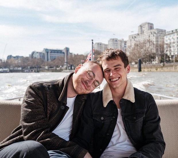 Sam Smith và mỹ nam 13 Reasons Why làm triệu trái tim tan vỡ khi chia tay sau 9 tháng hẹn hò - Ảnh 1.