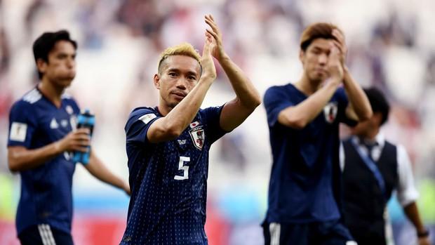 Cầu thủ Nhật Bản đi vòng quanh sân, cảm ơn fan đã cổ vũ giữa cái nóng 36 độ C - Ảnh 4.