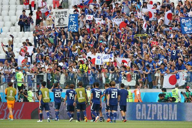 Cầu thủ Nhật Bản đi vòng quanh sân, cảm ơn fan đã cổ vũ giữa cái nóng 36 độ C - Ảnh 1.