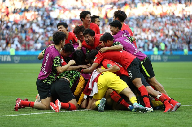 Khoảnh khắc ăn mừng bàn thắng của đội tuyển Hàn Quốc và U23 Việt Nam giống nhau đến kỳ lạ - Ảnh 1.