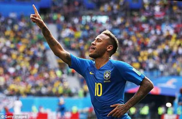 Em gái xinh đẹp của Neymar gặp sự cố khi ăn mừng anh trai ghi bàn - Ảnh 2.