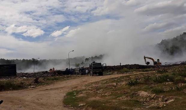 Cháy lớn 3 ngày ở bãi rác, hàng chục người ngộ độc khói - Ảnh 2.