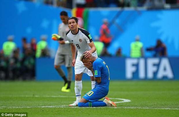 Em gái xinh đẹp của Neymar gặp sự cố khi ăn mừng anh trai ghi bàn - Ảnh 3.