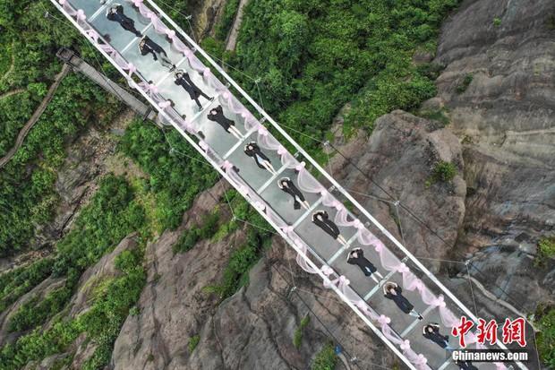 Chụp ảnh tốt nghiệp trên cầu thủy tinh trong suốt cao 180 mét, nhóm sinh viên này khiến nhiều người rùng mình khi xem ảnh - Ảnh 2.