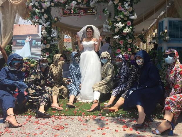 Hội chị em ninja mặc full giáp kéo nhau đi ăn cưới khiến cư dân mạng chỉ nhìn cũng vã mồ hôi - Ảnh 1.