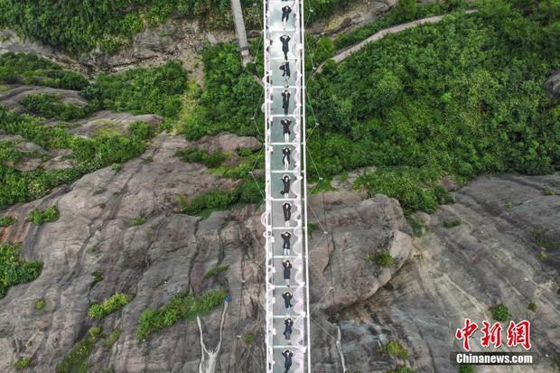Chụp ảnh tốt nghiệp trên cầu thủy tinh trong suốt cao 180 mét, nhóm sinh viên này khiến nhiều người rùng mình khi xem ảnh - Ảnh 3.