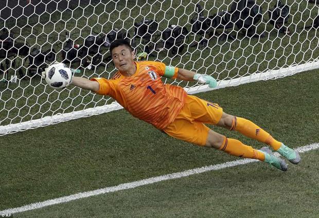 Cầu thủ Nhật Bản đi vòng quanh sân, cảm ơn fan đã cổ vũ giữa cái nóng 36 độ C - Ảnh 7.