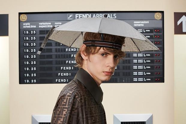 Mũ ô giá 9 triệu đồng của Fendi: Khi mưa quá buồn mà mình vẫn phải cool - Ảnh 2.