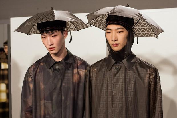 Mũ ô giá 9 triệu đồng của Fendi: Khi mưa quá buồn mà mình vẫn phải cool - Ảnh 3.