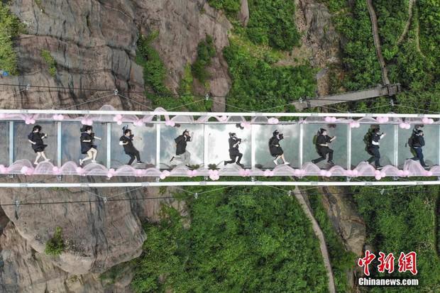 Chụp ảnh tốt nghiệp trên cầu thủy tinh trong suốt cao 180 mét, nhóm sinh viên này khiến nhiều người rùng mình khi xem ảnh - Ảnh 4.