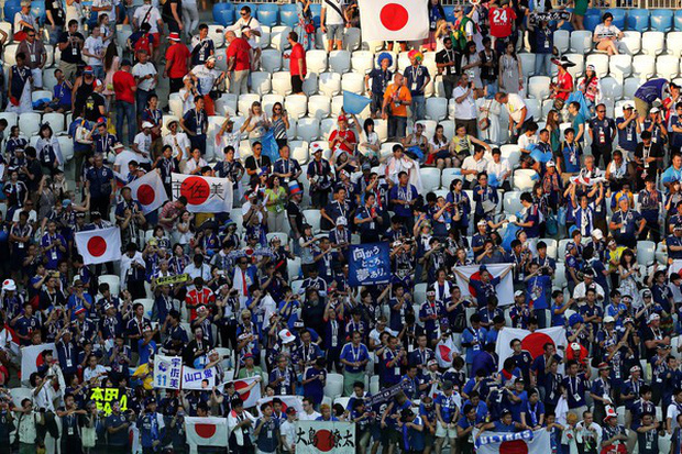 Cầu thủ Nhật Bản đi vòng quanh sân, cảm ơn fan đã cổ vũ giữa cái nóng 36 độ C - Ảnh 3.