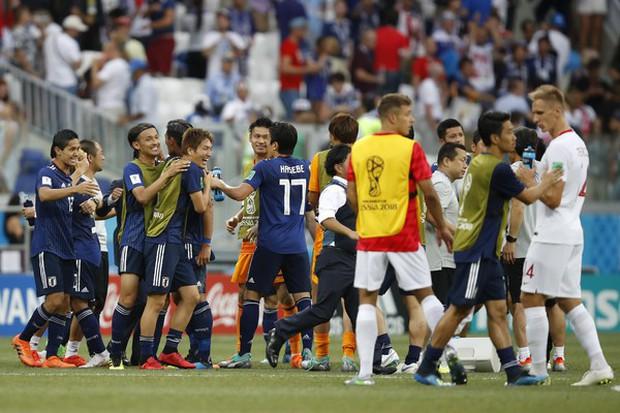 Cầu thủ Nhật Bản đi vòng quanh sân, cảm ơn fan đã cổ vũ giữa cái nóng 36 độ C - Ảnh 10.