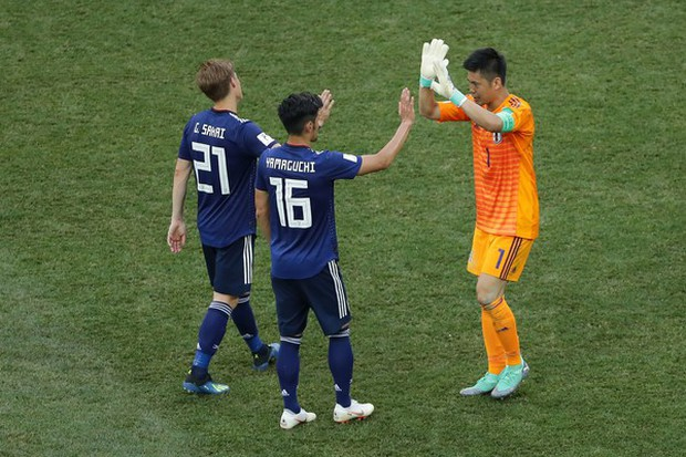 Cầu thủ Nhật Bản đi vòng quanh sân, cảm ơn fan đã cổ vũ giữa cái nóng 36 độ C - Ảnh 5.
