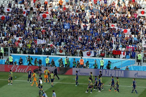 Cầu thủ Nhật Bản đi vòng quanh sân, cảm ơn fan đã cổ vũ giữa cái nóng 36 độ C - Ảnh 2.