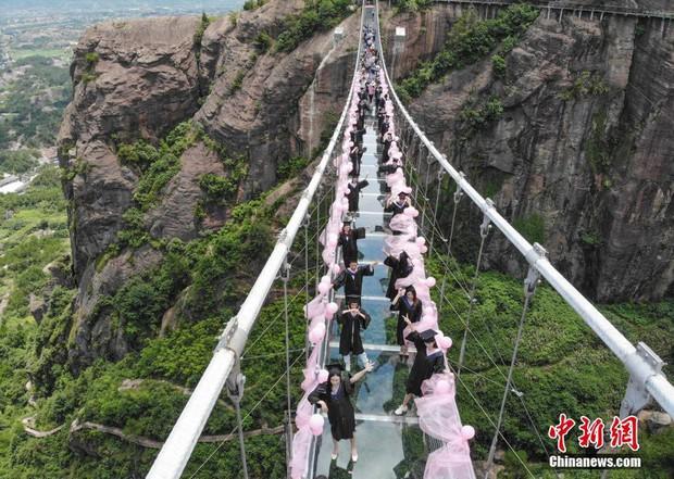 Chụp ảnh tốt nghiệp trên cầu thủy tinh trong suốt cao 180 mét, nhóm sinh viên này khiến nhiều người rùng mình khi xem ảnh - Ảnh 5.