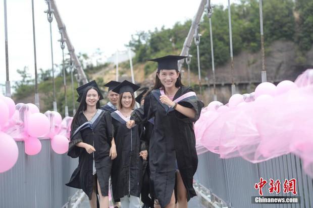Chụp ảnh tốt nghiệp trên cầu thủy tinh trong suốt cao 180 mét, nhóm sinh viên này khiến nhiều người rùng mình khi xem ảnh - Ảnh 6.