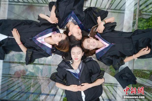 Chụp ảnh tốt nghiệp trên cầu thủy tinh trong suốt cao 180 mét, nhóm sinh viên này khiến nhiều người rùng mình khi xem ảnh - Ảnh 1.