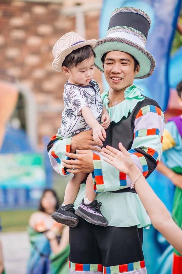 """Mặc kệ bố mẹ đàn ca múa hát mừng sinh nhật, bé Xoài vẫn ngơ ngác: """"Tôi là ai và đây là đâu?"""" - Ảnh 11."""