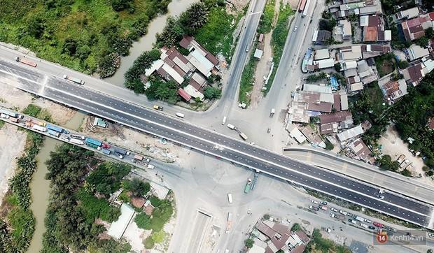 Cầu vượt hơn 200 tỷ đồng ở Sài Gòn vừa thông xe 1 ngày thì bị sụt lún và trồi nhựa - Ảnh 1.