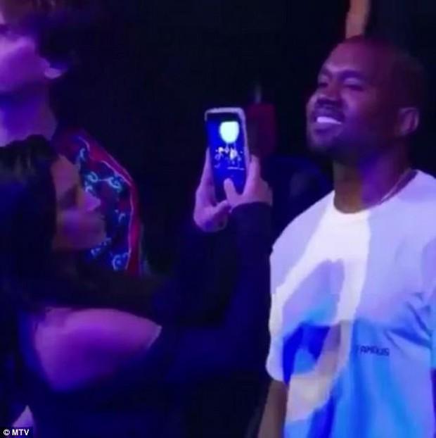 Khoảnh khắc vui gây sốt: Kim Kardashian phản ứng khi bắt gặp chồng mải mê ngắm Rihanna quá sexy - Ảnh 2.