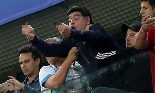 Maradona bị FIFA tước vai trò đại sứ vì giơ ngón tay thối về phía CĐV Nigeria - Ảnh 1.