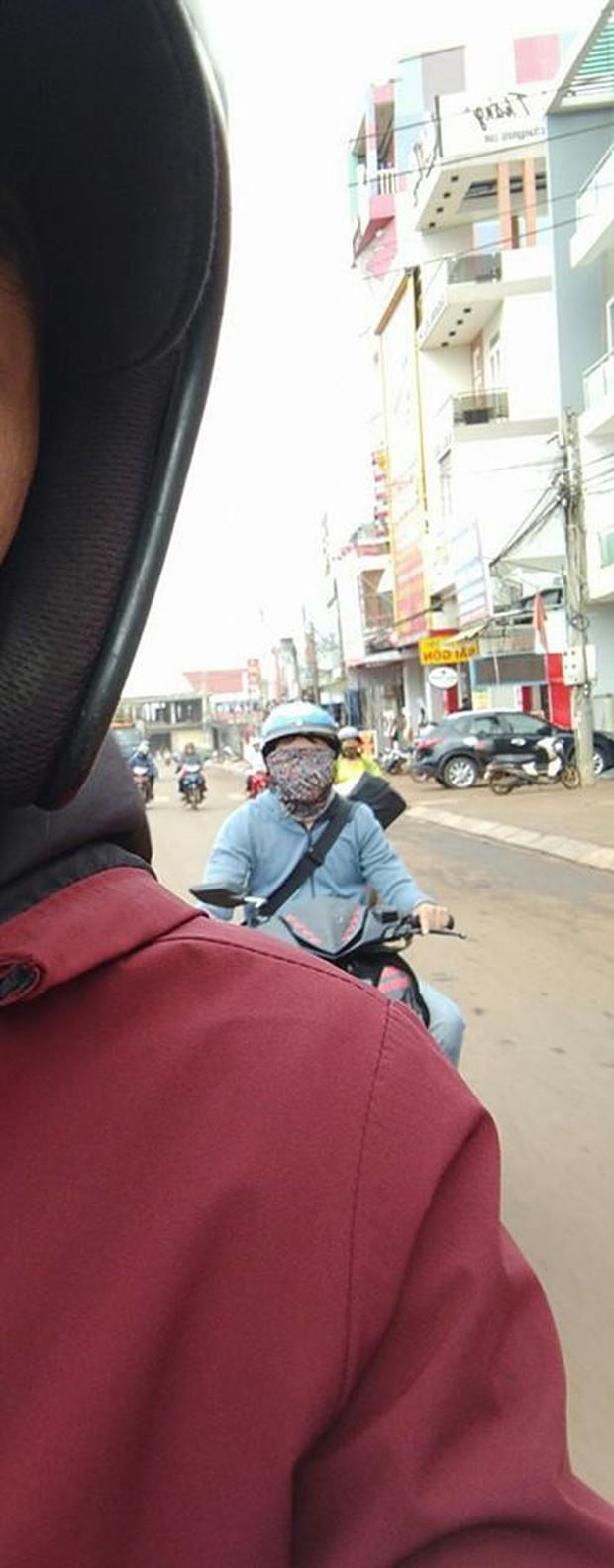Bình Phước: Dân tình hoảng hốt khi nhìn thấy siêu ninja bịt kín mặt và hai mắt vẫn chạy xe máy đi băng băng trên đường - Ảnh 2.